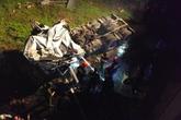 Cắt cửa giải cứu tài xế lao xe xuống sông Hương trong đêm