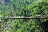 """Quảng Nam: Cầu treo """"treo"""" mãi, dân vượt sông bằng săm ô tô"""