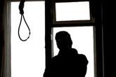 Mẹ khóc ngất bên thi thể con trai treo cổ bên nhà máy