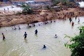 Hàng trăm người tìm kiếm nam thanh niên bị lũ cuốn mất tích