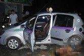 Tài xế taxi hô cướp, bật cửa lao tới cầu cứu công an giữa ngã 4 ở Hà Nội