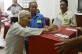 Cụ bà 100 tuổi tự mình đi bỏ phiếu
