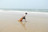 """Vụ cá chết """"bí ẩn"""": Cậu bé nhặt ve chai trên bãi biển gây xúc động mạnh"""