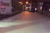 Bọt trắng bí ẩn phủ kín đường đi Nhật Bản sau động đất