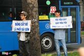 Thanh niên phản đối chặt cây xanh làm ga tàu điện