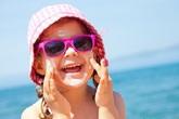 Cho con đeo kính râm mùa hè coi chừng hỏng mắt