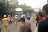 Tài xế xe tải liều lĩnh tông vào hàng chục CSGT như phim hành động