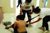 Một cô gái trẻ bị người yêu cũ của bạn trai đánh đập thê thảm, lột đồ công khai