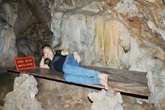 Dân mạng phẫn nộ vì cô gái nằm tạo dáng trong hang Pác Bó