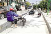 Xe tự chế chở hàng cồng kềnh tái xuất ở Hà Nội