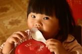 Kim khâu 3cm đâm sâu vào đầu gối bé 1 tuổi
