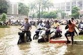 Người Hà Nội chật vật đi làm trong 3 ngày mưa lớn