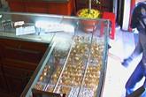 Kẻ cướp đập tủ kính, gom vàng trong 5 giây ở Sài Gòn