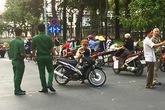 Cướp vượt đèn đỏ tông gãy chân người phụ nữ ở Sài Gòn