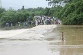 4 học sinh dắt tay nhau qua suối, một em bị lũ cuốn trôi