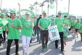 Bố con nghệ sỹ Trần Lực đồng hành trong ngày hội đi bộ