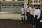 """Nhóm học sinh bị đình chỉ vì """"tè bậy"""" đã tố hiệu trưởng lên Bộ Giáo dục"""