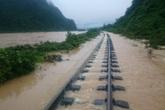 Tuyến đường sắt qua Quảng Bình vẫn tắc nghẽn, hư hỏng nặng vì mưa lũ