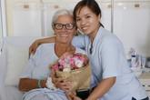 Nữ du khách Pháp cảm động trước sự giúp đỡ tận tình của một phụ nữ Việt