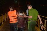 Cảnh sát giải cứu cô gái say rượu nhảy cầu tự tử