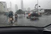 Xem dân Thủ đô liều mình đi trong bão, bị gió giật ngã xe