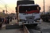 Xe tải tông nát dải phân cách, tài xế bị thương nặng