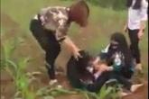 Xôn xao clip nữ sinh bị đánh hội đồng giữa cánh đồng ngô