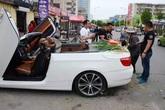 Người đàn ông chở hành trên BMW đi bán gây sốc