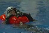Học phi công Pháp kỹ năng sinh tồn khi nhảy dù xuống biển