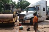 Rửa xe lu bên lề đường, một phụ nữ bị xe đầu kéo đâm chết