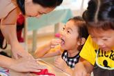 Công chúa nhỏ nhà Hoa hậu Hương Giang ăn vụng ngộ nghĩnh