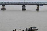 Một thiếu nữ nhảy cầu đúng chỗ 2 bố con ôm nhau tự tử ở Hải Dương