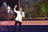 Dân miền biển hào hứng xem Kyo York hát tiếng Việt