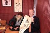 Đại sứ Mỹ được thầy đồ Văn Miếu dạy viết thư pháp