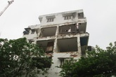 """Hà Nội: Dân liều mình sống """"chui"""" trong nhà tập thể sắp sập"""