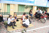Hà Nội: Phụ huynh trải chiếu ngồi đợi con thi