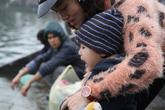 Những đứa trẻ đáng yêu hào hứng theo bố mẹ đi thả cá chép