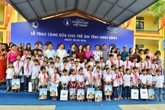 Vinamilk và Quỹ sữa Vươn cao Việt Nam năm 2016 trao tặng sữa cho 40.000 trẻ em ở 40 tỉnh thành trên cả nước
