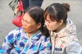 Những người vợ khóc ngất khi đón chồng đi biển về
