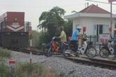 """Tận mắt xem người dân Hà Nội """"trêu ngươi tử thần"""" trước đầu tàu hỏa"""