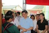 Thứ trưởng Bộ Y tế thăm và tặng quà cho trẻ em nhiễm HIV