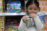 """Nhãn sữa nào đang là """"quán quân"""" trong lòng các bà mẹ và trẻ em?"""
