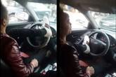 Hà Nội: Giật mình cảnh lái ô tô bằng chân giữa phố đông