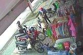 Đôi nam nữ trộm nhanh như chớp ngay trước mặt chủ tiệm