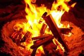 Giận vợ, chồng nhẫn tâm ném con thơ vào đống lửa đỏ