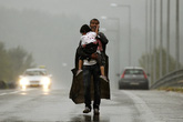 Những bức ảnh xúc động về tình cha con trong trận chiến tị nạn