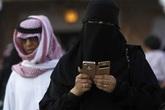 Kiểm tra điện thoại của chồng, người vợ bị trục xuất khỏi đất nước