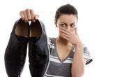 Vợ đòi ly hôn vì không chịu được mùi hôi chân của chồng