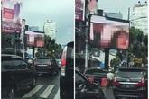 Nhân viên IT phát cảnh nóng lên biển quảng cáo trung tâm Jakarta