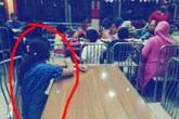 Gia đình giàu có đi ăn, nhưng bắt người giúp việc ngồi ở bàn khác và chỉ được phép nhìn